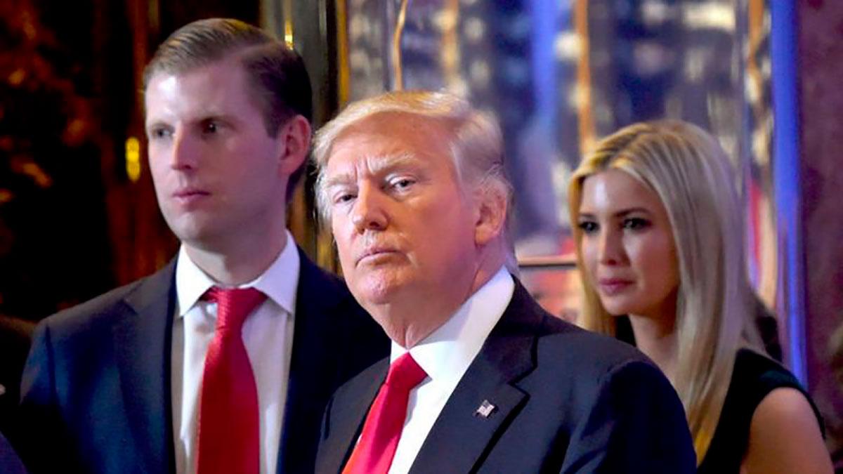 Donald Trump (centro) pasó el control de la organización a sus hijos cuando fue presidente.