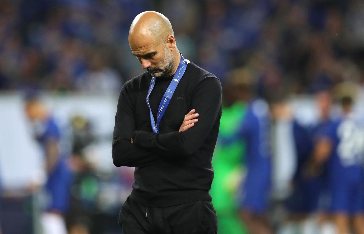 Al entrenador se le vio con la cabeza abajo durante la entrega de medallas.