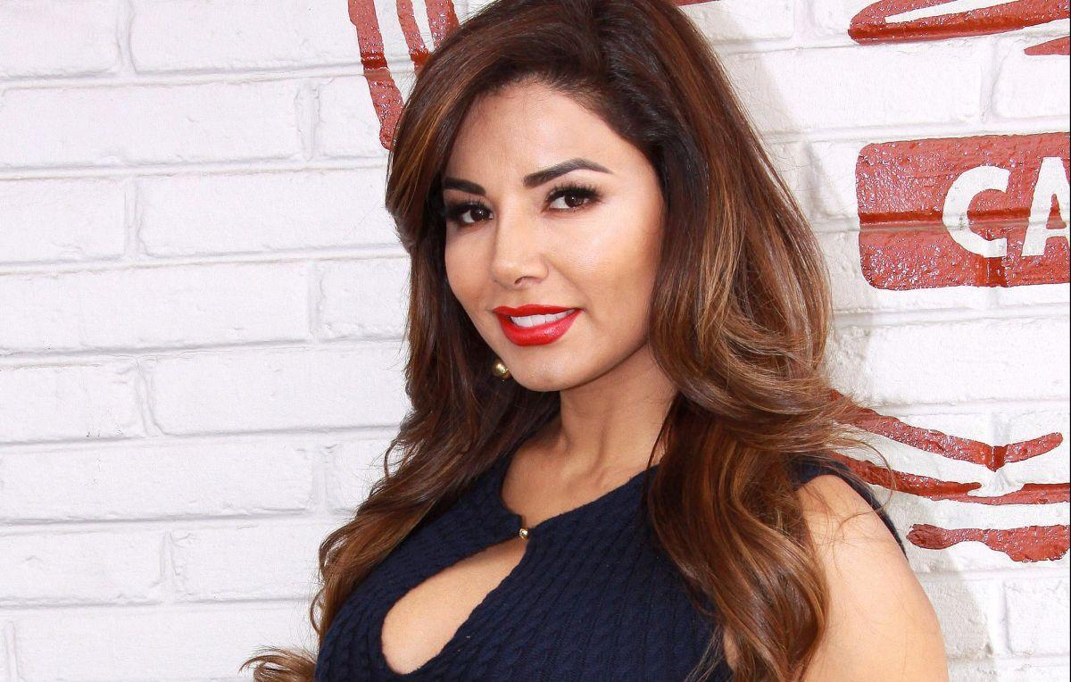 Aleida Núñez da la espalda a la cámara mientras usa un bikini rojo que expuso su diminuta cintura