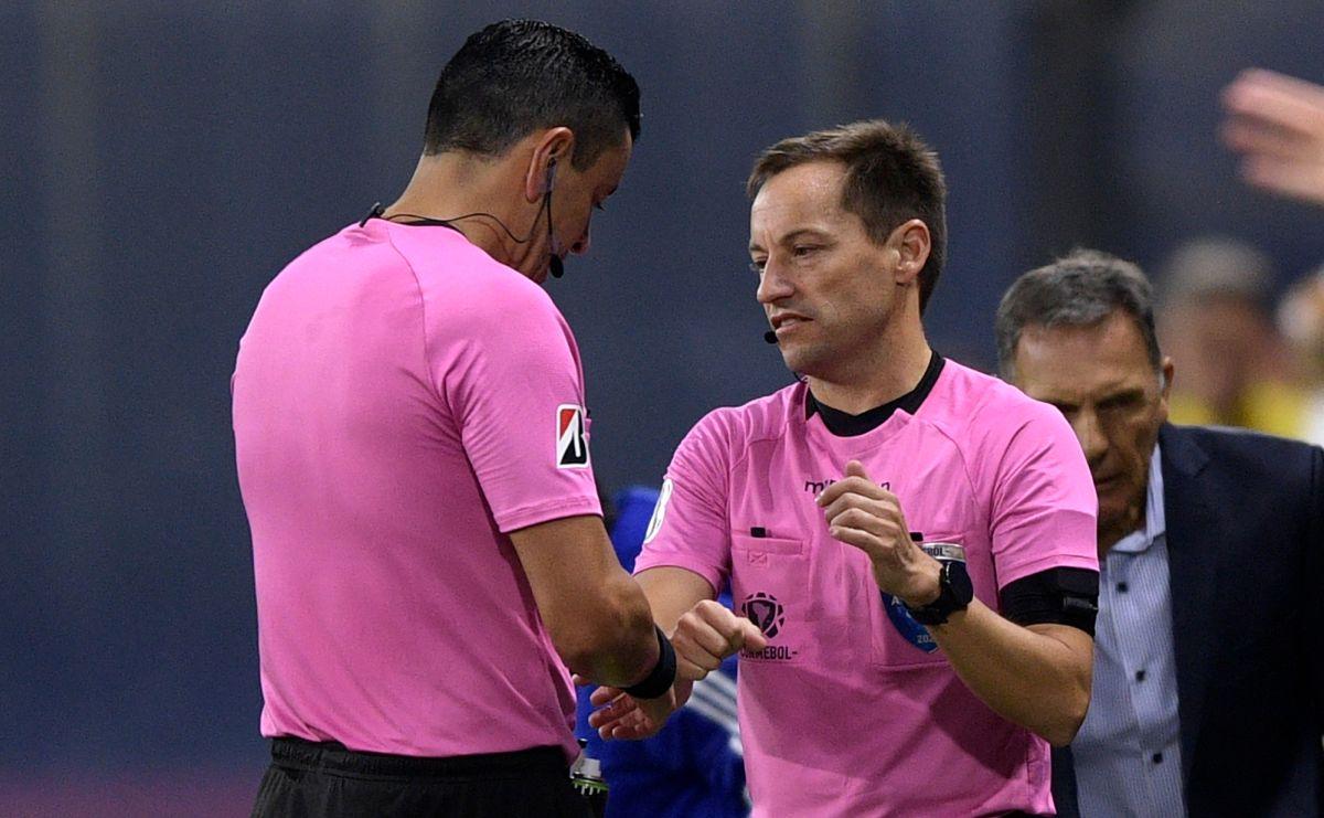 El árbitro Roberto Tobar protagonizó lo más curioso de la jornada.