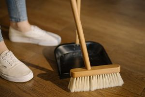 Una muchacha latina causa sensación en TikTok revelando cuánto gana limpiando casas en Estados Unidos