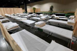 Llegan los primeros niños inmigrantes a albergue temporal en Pomona Fairplex, con capacidad para 2,500