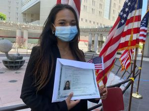 Nuevos ciudadanos se naturalizan al aire libre para protegerse de COVID-19