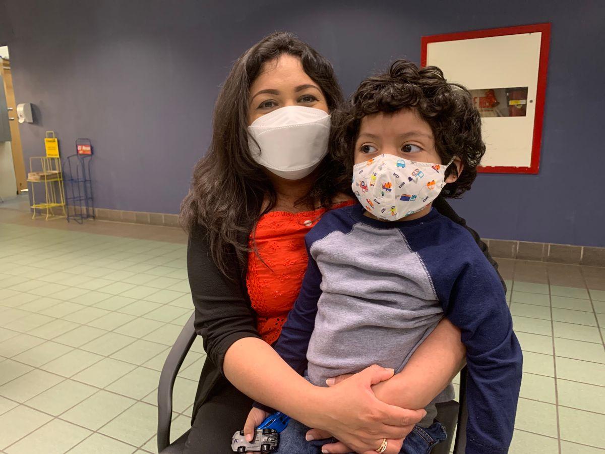 Llamado urgente a latinos para ponerse segunda dosis de vacuna contra COVID-19