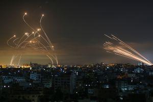 """La impresionante foto que muestra la lucha entre el """"domo de Hierro"""" de Israel y los misiles de Hamás"""