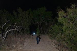 """El video de su hijo """"botado"""" en la frontera se hizo viral. Ahora esta mamá pide a Biden le regrese al niño"""