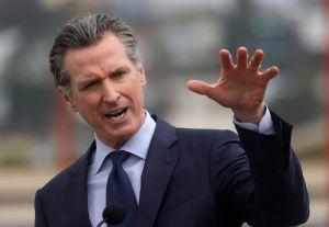 Newsom promete segunda ronda de cheque de estímulo estatal. Adultos con niños recibirían $1,100