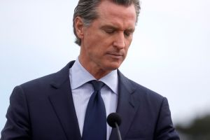 Gobernador Newsom anunciará que más californianos recibirán el cheque de estímulo estatal