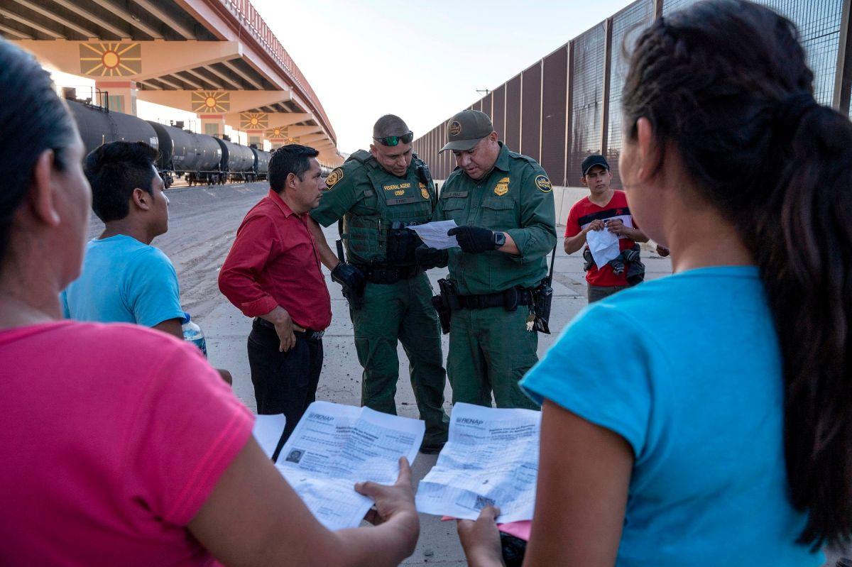 Se estima que más de 18,000 inmigrantes con casos pendientes de asilo siguen esperando en México.