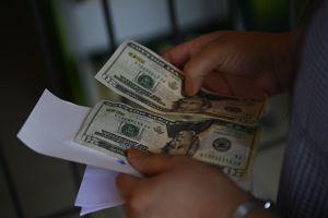 Cubanos solicitan que las remesas familiares sean entregadas en dólares y no en pesos cubanos