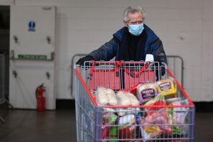 Costco, Walmart, Sam's Club y Trader Joe's dejarán de solicitar el uso de mascarillas a sus clientes y empleados vacunados