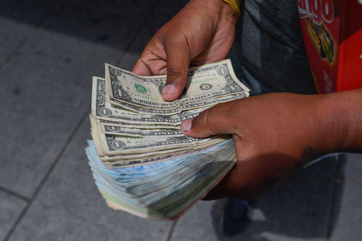 Migrantes mexicanos rebasan las expectativas y baten nuevo récord de envío de remesas desde Estados Unidos