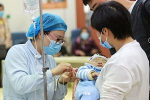 China permite a sus ciudadanos tener un tercer hijo ante la baja de nacimientos