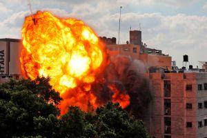 Israel atacó a Gaza con sus fuerzas aéreas y terrestres, intensificando el conflicto
