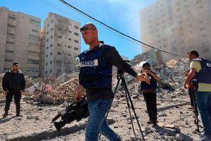 """""""El mundo sabrá menos de lo que pasa en Gaza"""", dice la agencia AP tras derrumbe del edificio donde transmitía"""