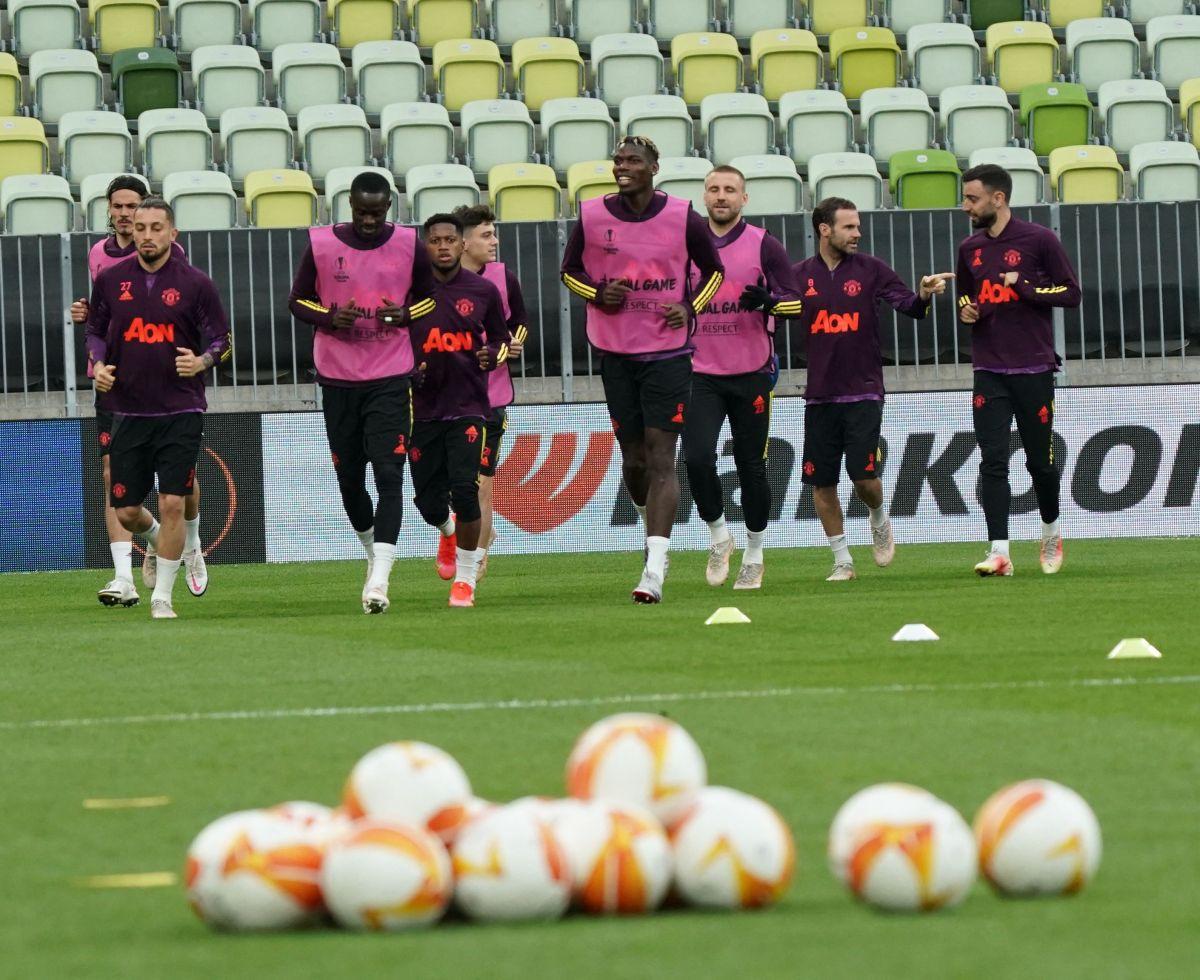 Jugadores del Manchester United entrenan en el estadio de Polonia.
