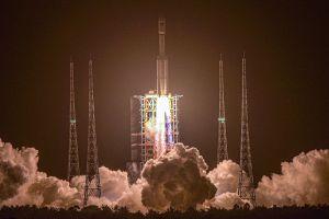 China logra acoplar primera nave de carga a su estación espacial Tiangong