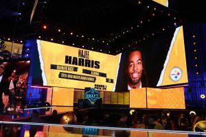 Jugador seleccionado por los Steelers celebra en el refugio homeless de California donde vivió cuando era niño