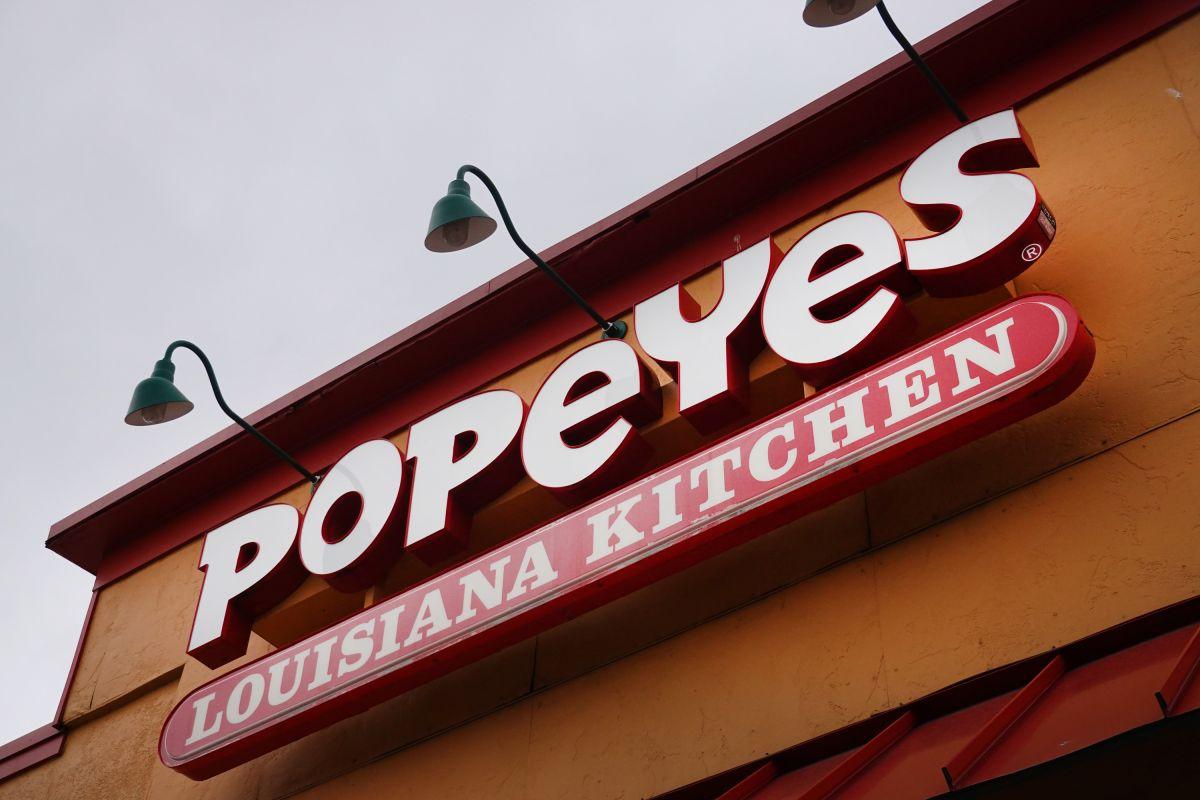 El letrero colocado en el exterior del restaurante de Popeye's causó indignación en las redes sociales.