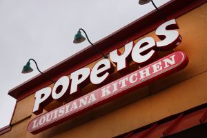 Un restaurante Popeye's se ve obligado a cerrar después de encontrar un letrero con un mensaje racista
