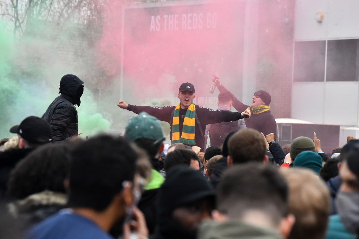 Video: Fanáticos del Manchester United vuelven a protestar alrededor de Old Trafford
