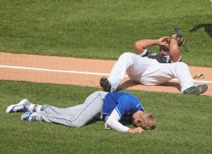 Video: dos peloteros fueron retirados del campo tras sufrir un fuerte choque en la MLB