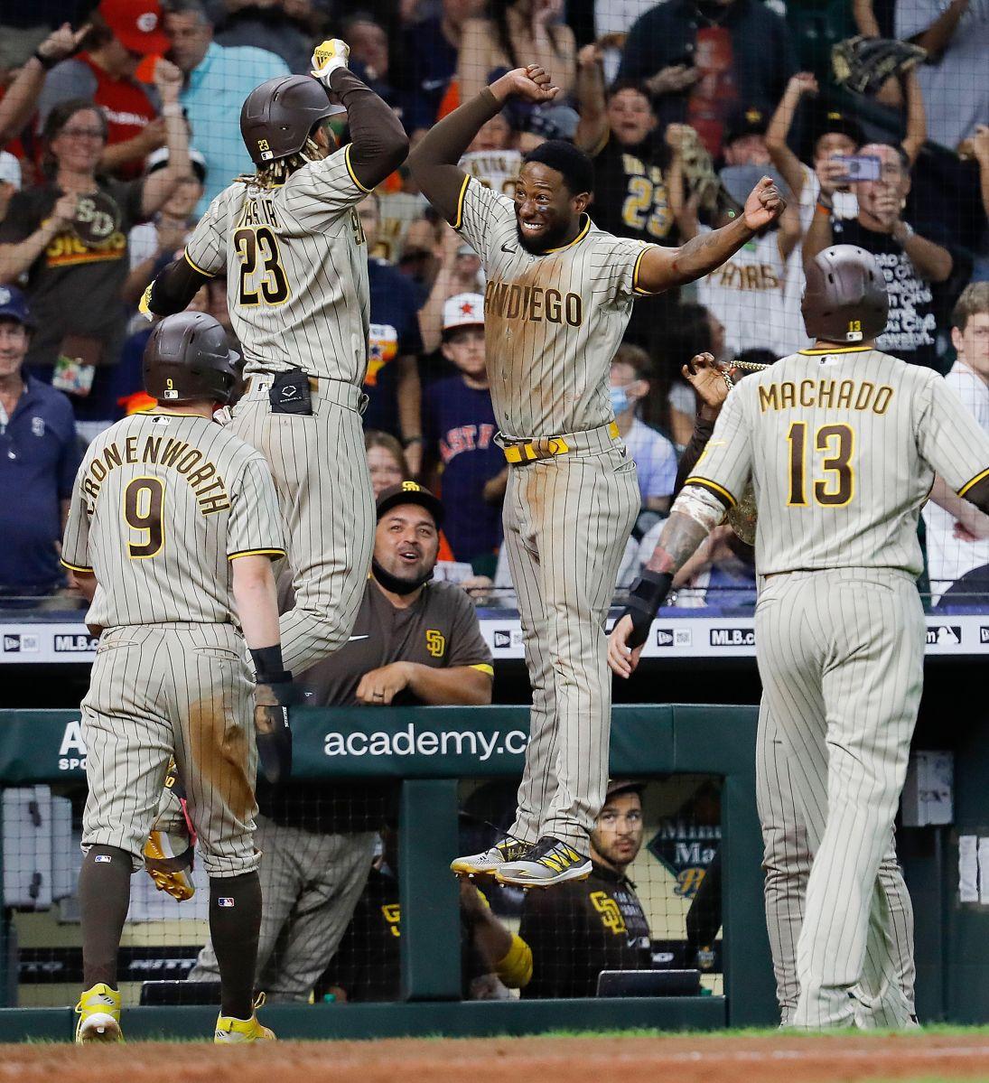 La euforia de Fernando Tatis Jr. (23) tras batear su dramático jonrón en el noveno inning.