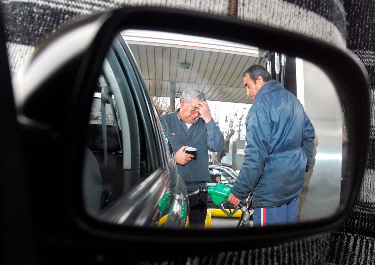 VIDEO: La sorprendente reacción de un hombre que baña de gasolina a ladrones y evita ser asaltado