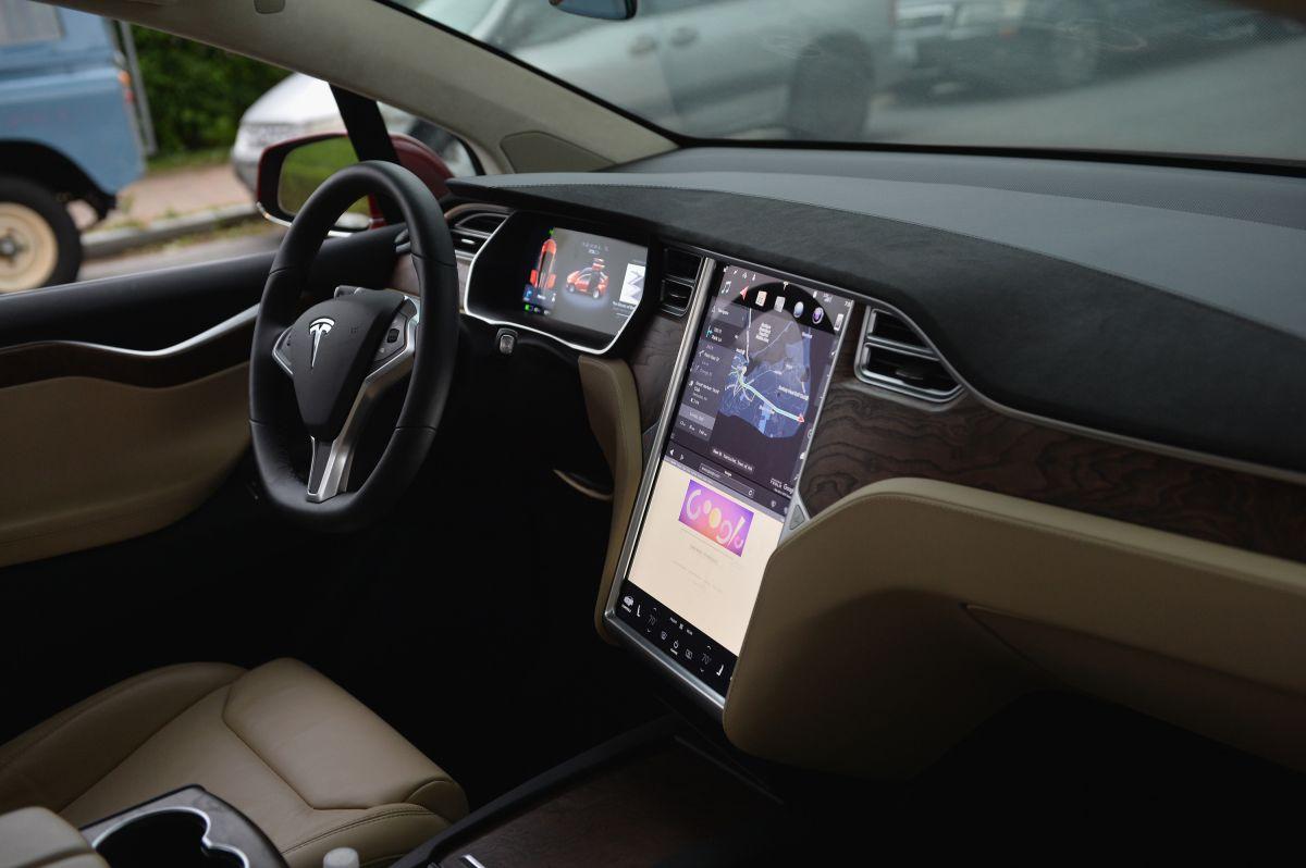 Hombre estrafalario fue arrestado en California por circular en un Tesla sin conductor al volante