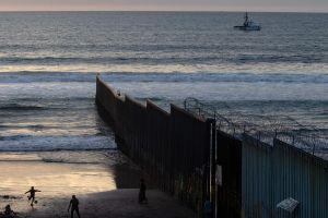 Video: Dos muertos y más de 20 hospitalizados tras volcarse un barco en la costa de San Diego