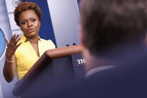 Karine Jean-Pierre se convirtió este miércoles en la segunda mujer afroamericana en dirigir una rueda de prensa en la Casa Blanca