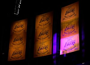 Video: Los Angeles Lakers elevó su banderín de campeones a lo más alto del Staples Center