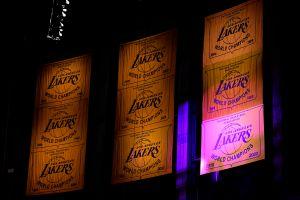 Video: Los Angeles Lakers elevó su banderín de campeones a lo más alto del Staples Center