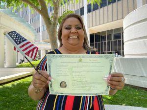 Madre a quien la residencia permanente le salvó la vida, se hace ciudadana de EE UU