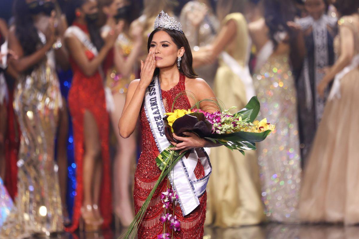 El vestido rojo de Andrea Meza, Miss Universo 2021,  fue confeccionado con más de 30 mil cristales de Swarovski