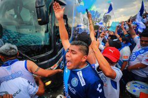 Video: pelea entre aficionados de Puebla y Santos en el Estadio Cuauhtémoc dejó varios heridos