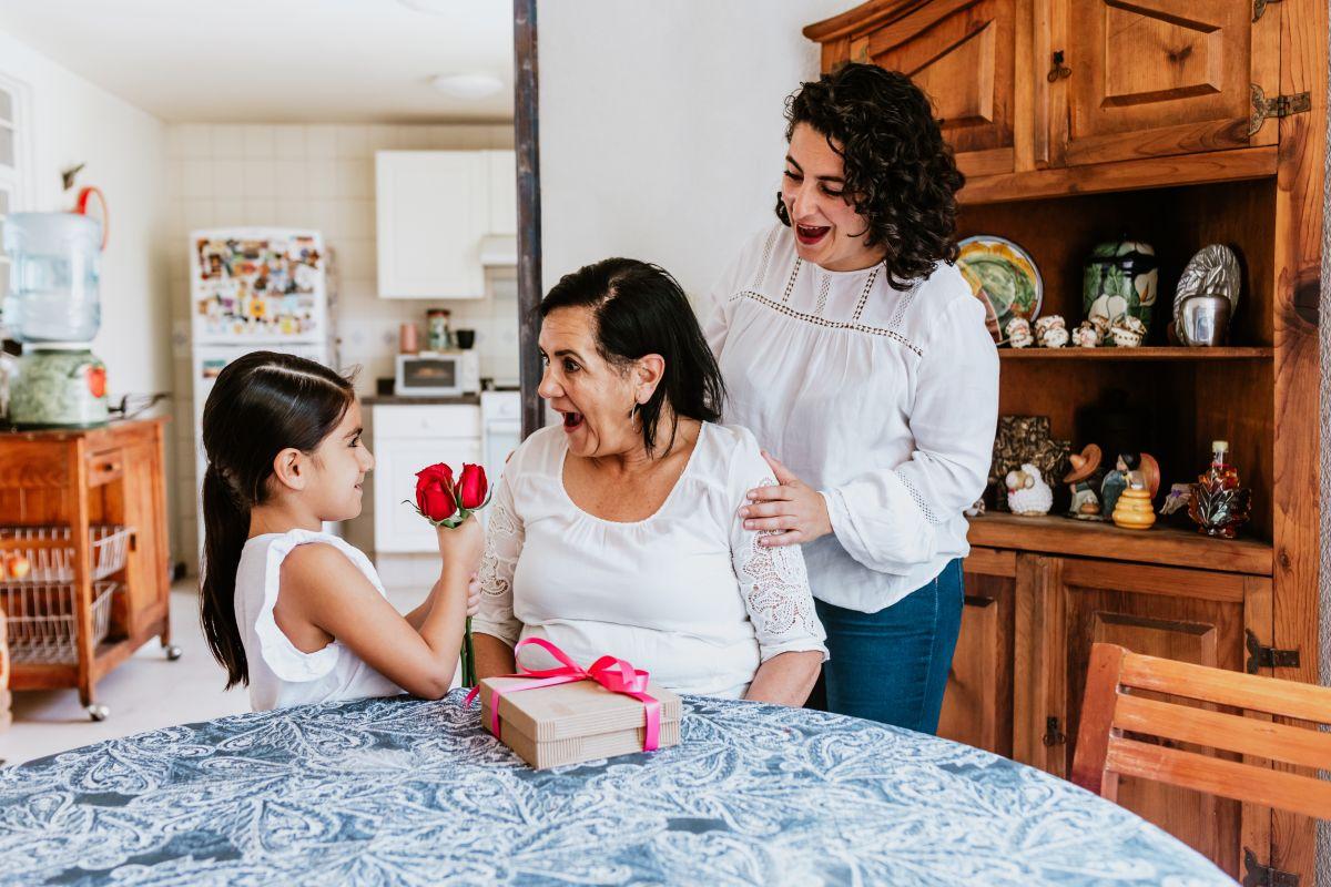 Una gran selección de artículos de ropa, accesorios, productos de belleza, del hogar, y mucho más para darle a mamá.
