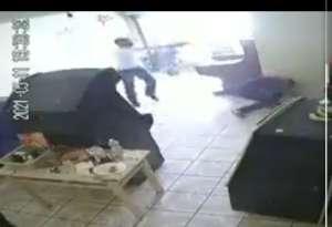 VIDEO: Momento exacto en que sicario dispara más de 10 veces a pareja frente a niños en local de videojuegos