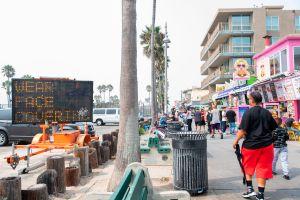 Tres arrestados por intento de asesinato a persona sin hogar en Venice Beach