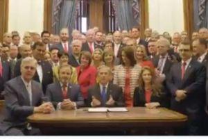 Greg Abbott se lanzó a las redes sociales para celebrar la nueva ley en Texas que prohíbe abortos