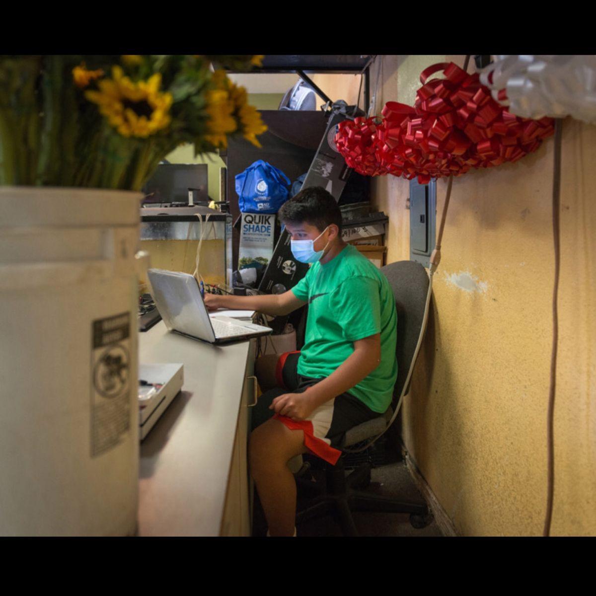 Miedo al COVID-19 deja a cientos de alumnos latinos fuera de las aulas