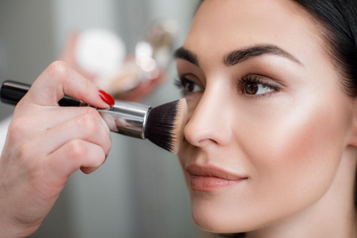 5 opciones de bronzers e iluminadores para darle a tu maquillaje un toque de brillo