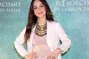 Camila Sodi muestra su flexibilidad haciendo un split en ajustados leggings grises