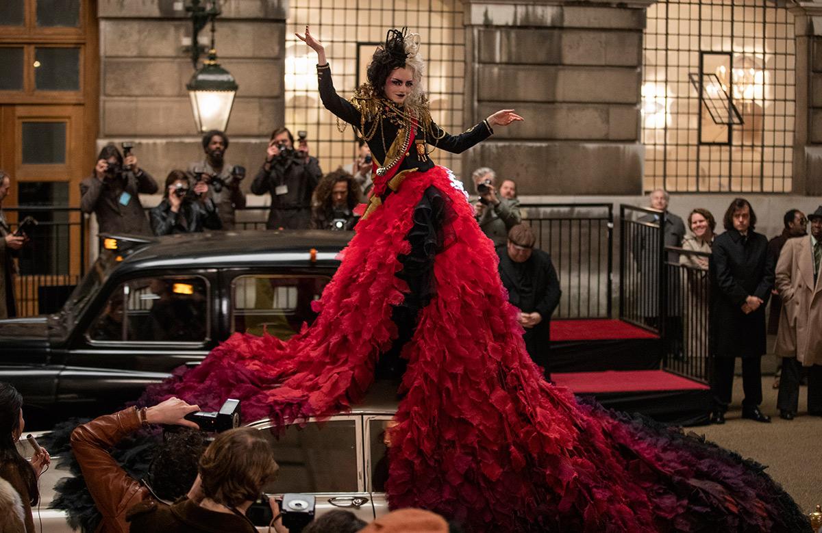 Cruella cubre el auto de la Baronesa en otra espectacular escena.