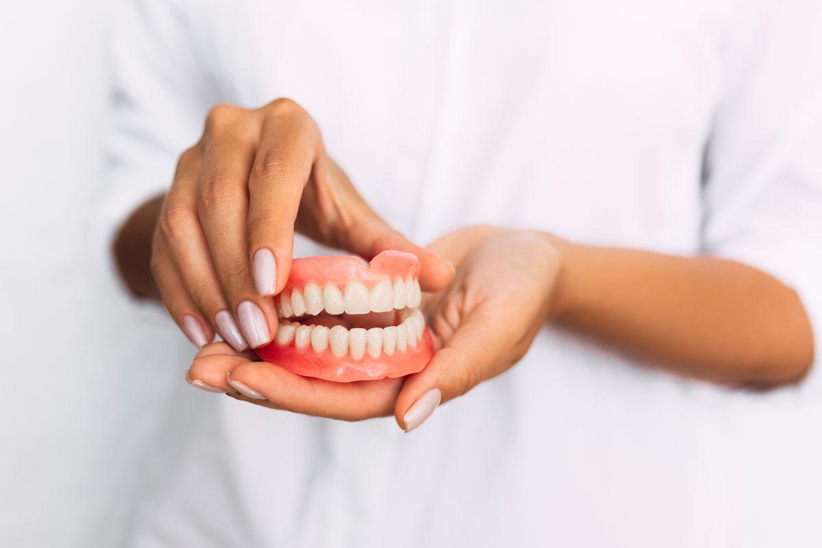 Las mejores opciones de pegamentos de dentadura para comer y hablar con seguridad