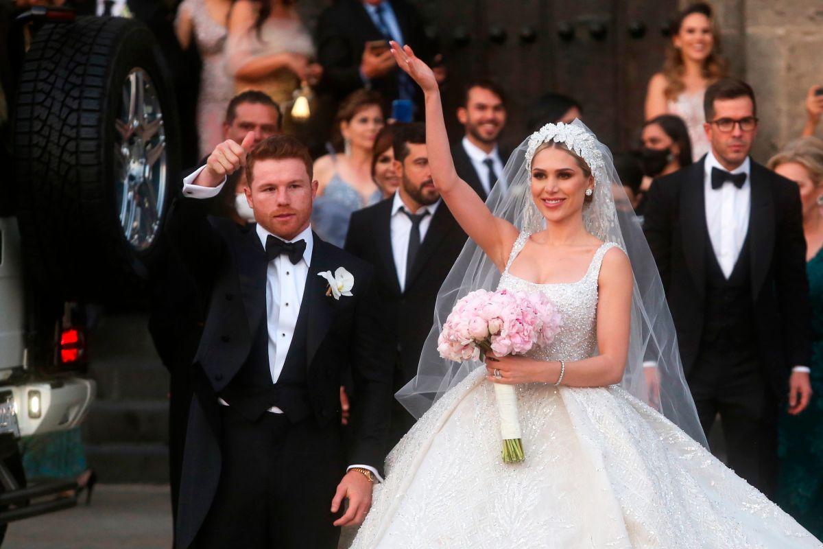 "Saul ""Canelo"" Álvarez y su esposa Fernanda Gómez saludan al salir de su boda."