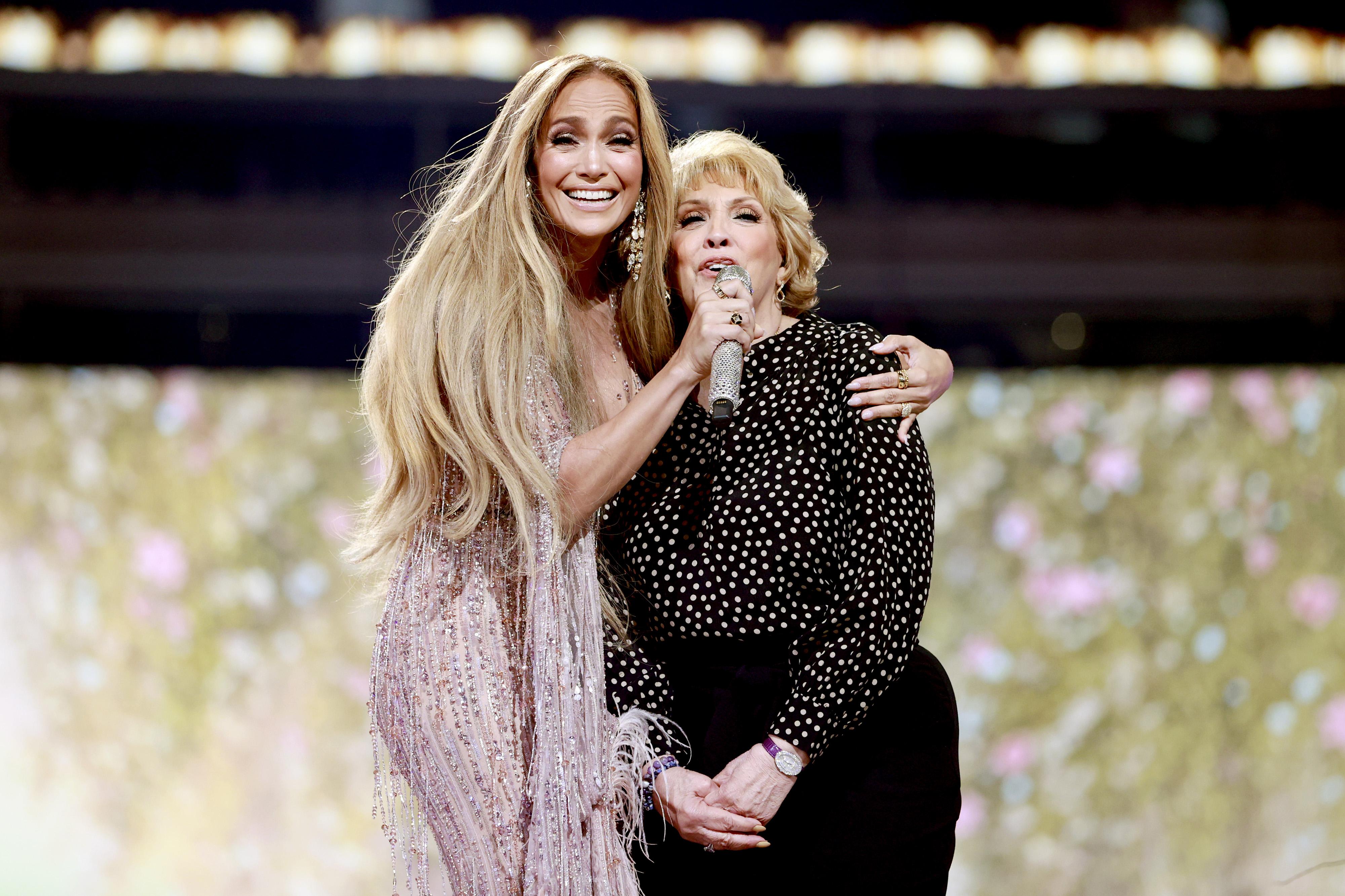 Jennifer Lopez y su mamá Guadalupe Rodriguez durante el concierto de 'Vax Live'