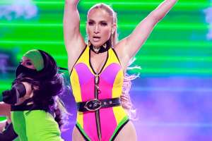 Jennifer López causa furor en revelador bikini amarillo