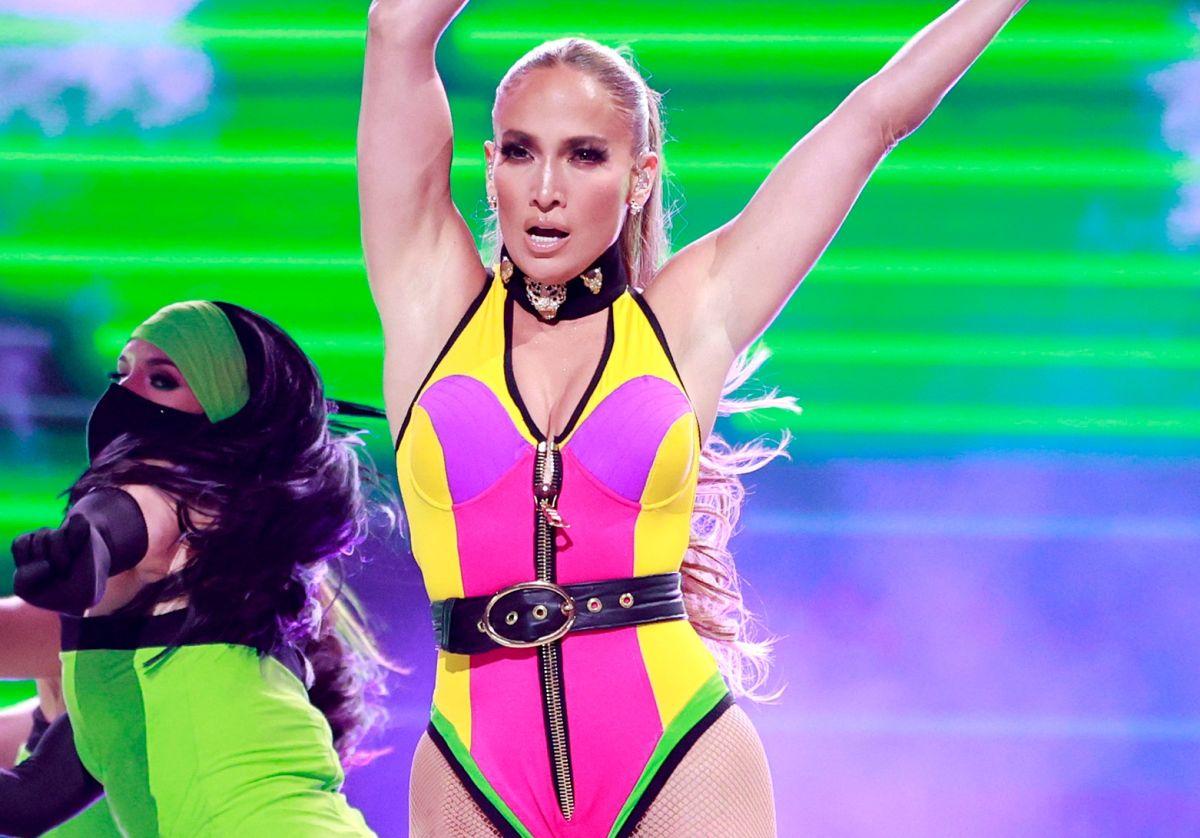 """Jennifer Lopez luce su retaguardia con el body multicolor que usó en el evento """"Vax Live"""""""