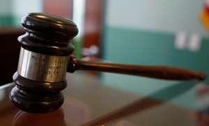 Video: Acusado de la muerte de su esposa e hija que se representa a sí mismo interrogó a su hijo en el juicio